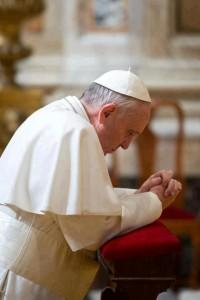 Pope-Francis-praying